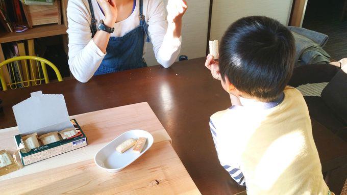 コープの風味豊かな発酵バターのショートブレッド を食べているところ
