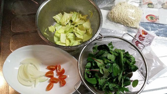 野菜たっぷりベジポタラーメンの材料をカット