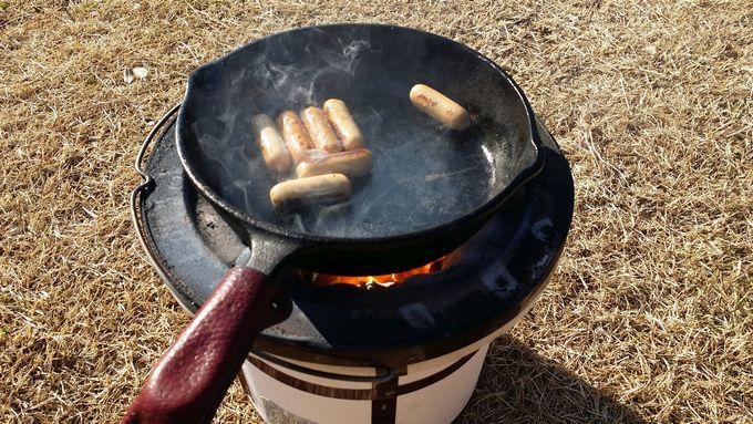 オイシックスの国産豚使い切りミニポークウインナーをスキレットと七輪で焼く