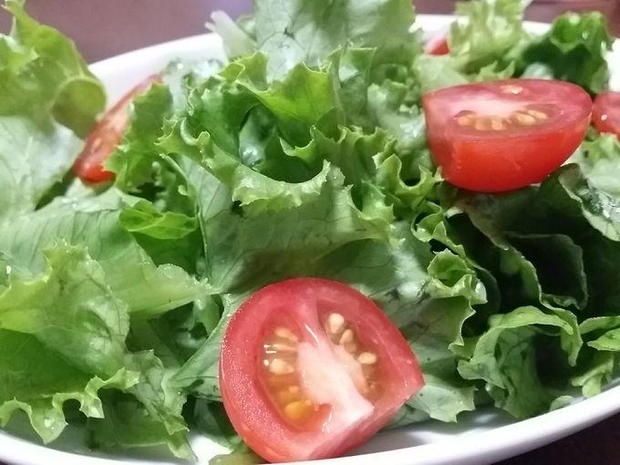大地を守る会のグリーンリーフとミニトマトで作ったサラダの詳細