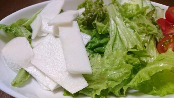 秋川牧園のレタスとカブのサラダ