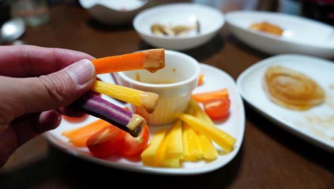 坂ノ途中のお試しセットの野菜 カラフル人参のスティックにソースをつけて